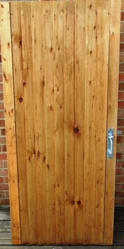 Side gate wooden gold colour